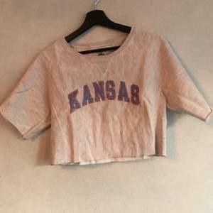 en söt croppad tröja från champion i tjockt tyg, en boxig fit i storlek s. kan hämtas i söderort i sthlm eller postas 💜