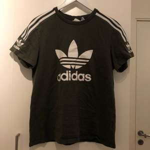Mörkgrön/militärgrön adidas t-shirt. Använd några gånger. I mycket fint skick. Kan gå ner i pris vid snabb affär.