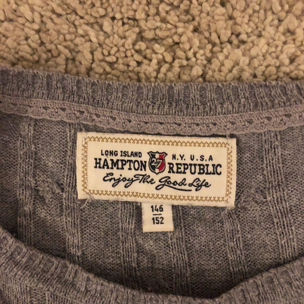 En grå tröja med mönster från hampton republic . Skjortor.