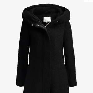 Säljer en svart kappa från vila. den har stor luva, bälte runt midjan. Varm höstjackan/ går att ha som vinterjacka med en varmare tröja under. Knäpps med blixtlås. Den är använd ett fåtal gånger förra vintern. Mycket bra skick. Köptes på zalando för 1295kr.