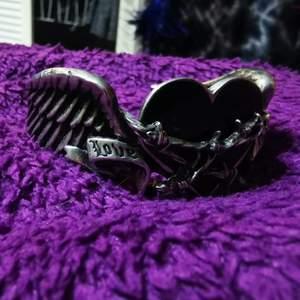 Snyggt armband från Alchemy. Står love på ena sidan och hate på den andra med hjärta i mitten. Armbandet går att justera genom att bända utåt eller innåt. Fri frakt! 🖤