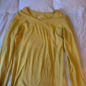Långärmad gul tröja den Cubus i storlek xxs, jag har vanligtvis S i mina kläder och den passar mig. Fint skick! Säljs för den inte kommer till användning. 💕💕🤩