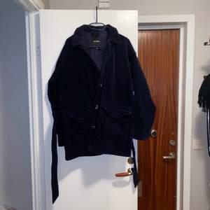 Mörkblå (nästintill svart) Manchester jacka från monki, köpt sommaren 2018 och finns därför inte kvar på hemsidan. Knappt använd, Medföljer ett band runt midjan som kan tas av. ☺️✨ Nypris: ca 600kr.