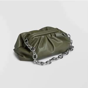 Jättefin grön väska från GinaTricot med en fin och stabil silver kedja. Får plats med jättemycket. Är helt ny, JÄTTEFINT skick. Aldrig använd men tyvärr är inte lappen kvar. Köptes för 399kr, säljs för 249kr.