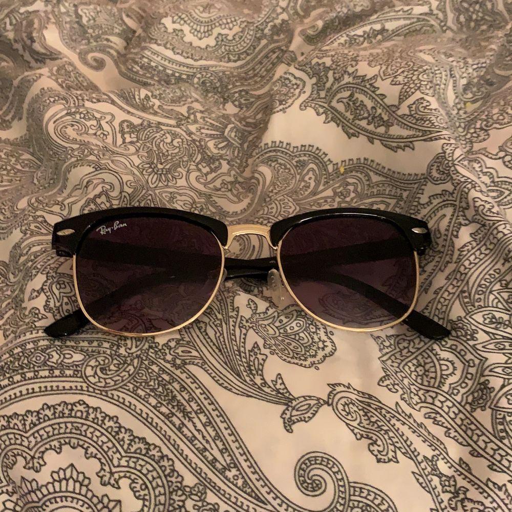 Jätte fina svarta ray-ban solglasögon men använder tyvärr inte. Ordinariepris 1598, säljer för 300 ink frakt . Övrigt.