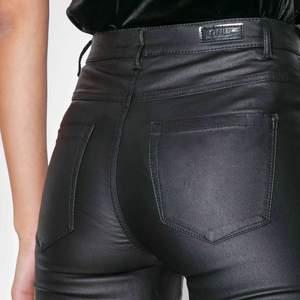 """Matta """"skinn""""byxor från only, sitter supersnyggt och är bekväma, stretchigt material"""