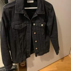 Jeans jacka från Gina tricot i storlek S
