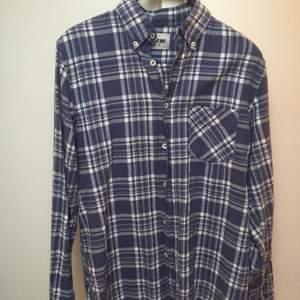 Skjorta från Acne med Buttondown. Ganska stor för att vara en strl 46.