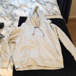 En adidas hoodie i storlek XS.