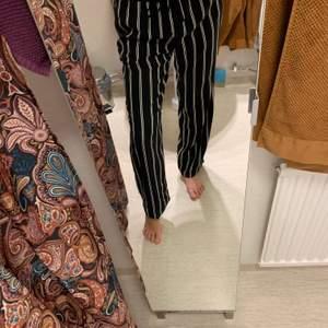 Raka byxor från monki. Mörkblå med vita ränder. Storlek M men lite större i storlek upplever jag dem. Jag är 174 cm.