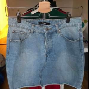 Fin jeanskjol i storlek S från Bikbok. Kjolen är i fint skick!