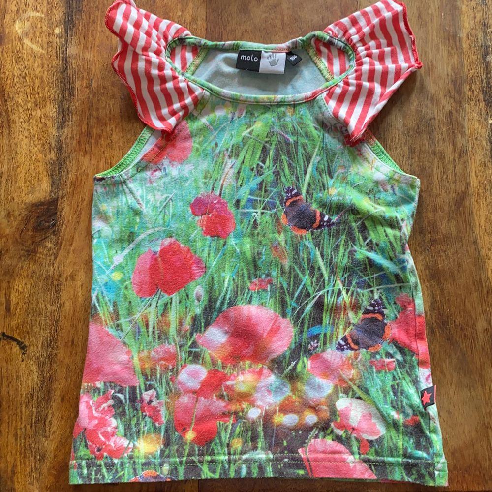 Fint linne från Molo med fjärilar och blommor, lätt uttvättad annars fin. Toppar.