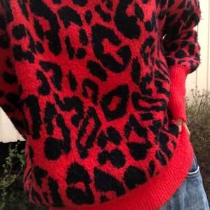 Skitcool röd leopard tröja!! 🐆