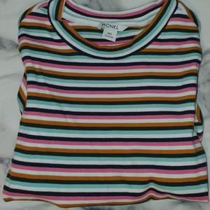 💓Randig tshirt från Monki säljes💓 Endast använd 2-3 gånger och den är verkligen jättefin. Den är ljusblå, rosa, vit och gul/orange. Står storlek xxs, men passar mig som är S/M och sitter kroppsnära💓