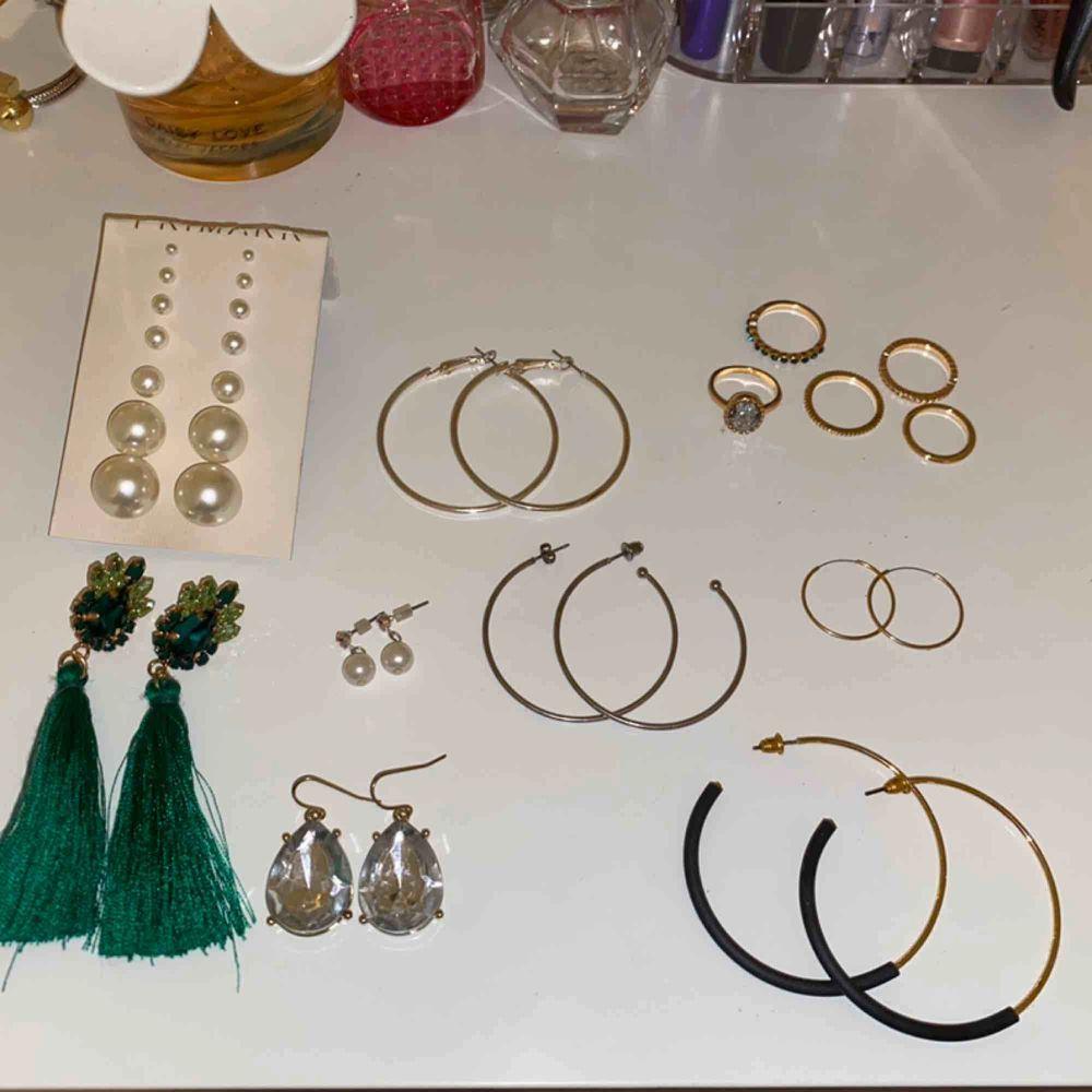 14 par örhängen och 5 st ringar💗 De flesta är aldrig använda och de som jag har använt är noga rengjora!! Säljer allt i detta kit och kommer därför inte att sälja sakerna separat🥰. Accessoarer.
