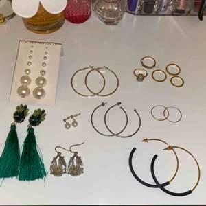 14 par örhängen och 5 st ringar💗 De flesta är aldrig använda och de som jag har använt är noga rengjora!! Säljer allt i detta kit och kommer därför inte att sälja sakerna separat🥰