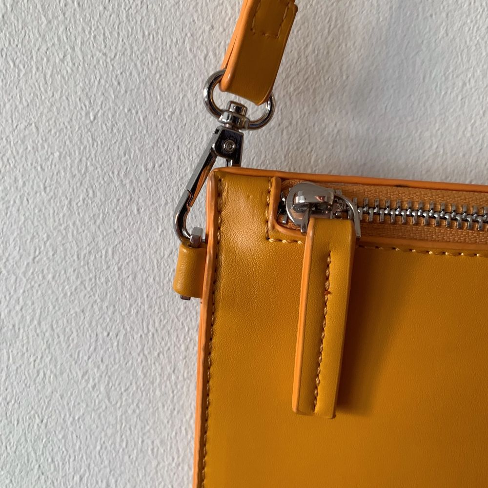 Gul somrig väska från Carin Wester i fint skick. Köpare står för frakt.. Väskor.