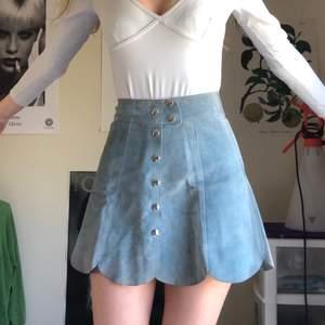 Drömmig 70-tals kjol i turkos mocka köpt på en vintage butik i Amsterdam. Superfin färg och knappdetaljer. Den har några små märken/streck se bild 3, annars mycket fint skick (bara använd för bilderna).❣️💘💘💘❤️