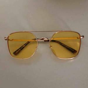 Guldiga bågar med gult glas. Lite repiga
