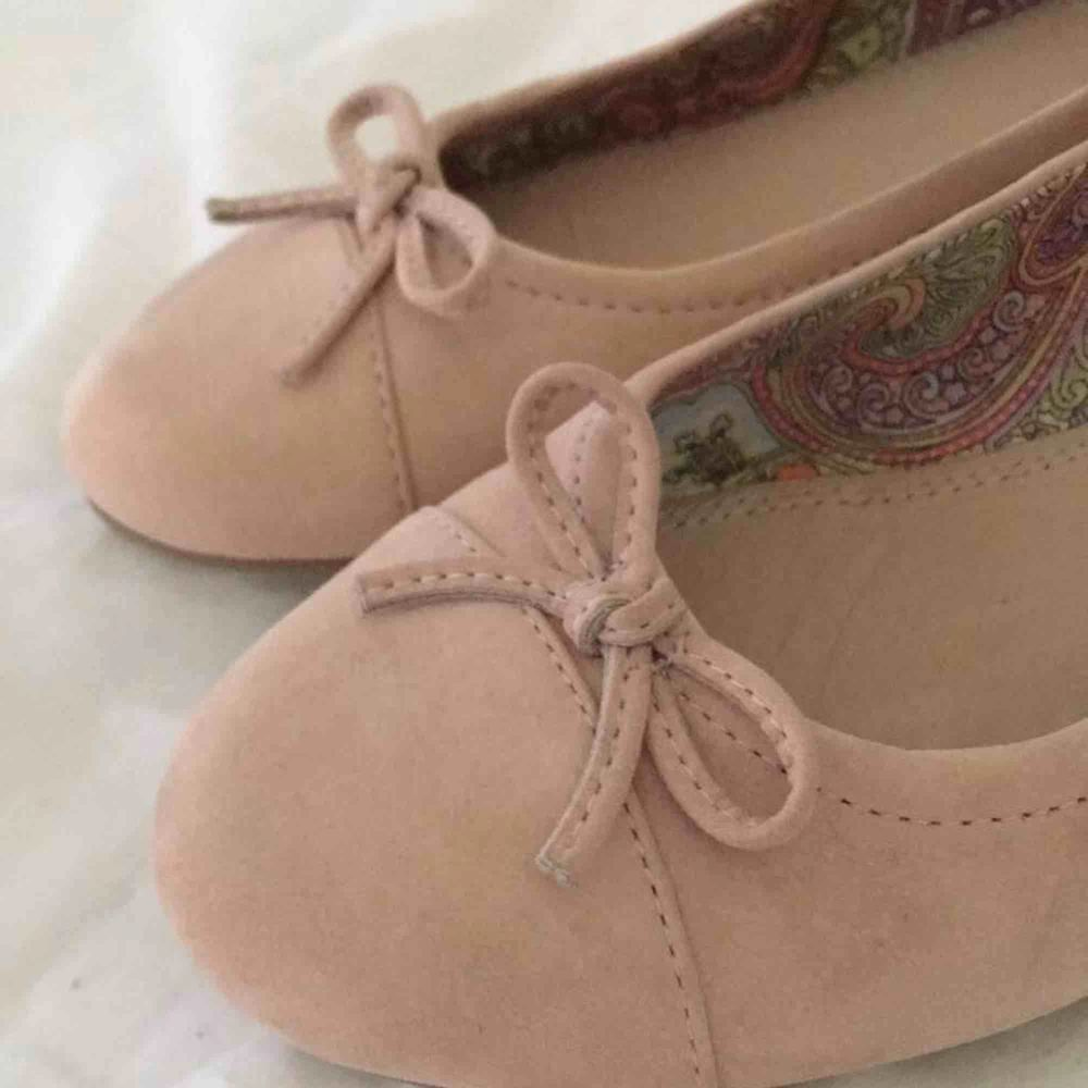 Supersöta ballerinaskor i mocka. Använda endast ett fåtal gånger så ser så gott som nya ut! Frakt tillkommer:-). Skor.