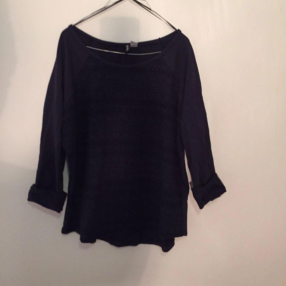 Mörkblå tröja från divided. Andvänd 1 gång. . Huvtröjor & Träningströjor.