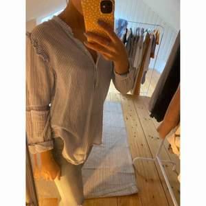 Fin skjort/blus från H&M.  Blå och vit 🦋🦋  -köparen står för frakten-