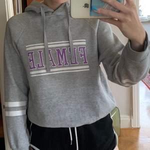 Fin grå hoodie från GinaTticot i storlek M men passar S också. Kostar 70kr plus frakt på 66kr.