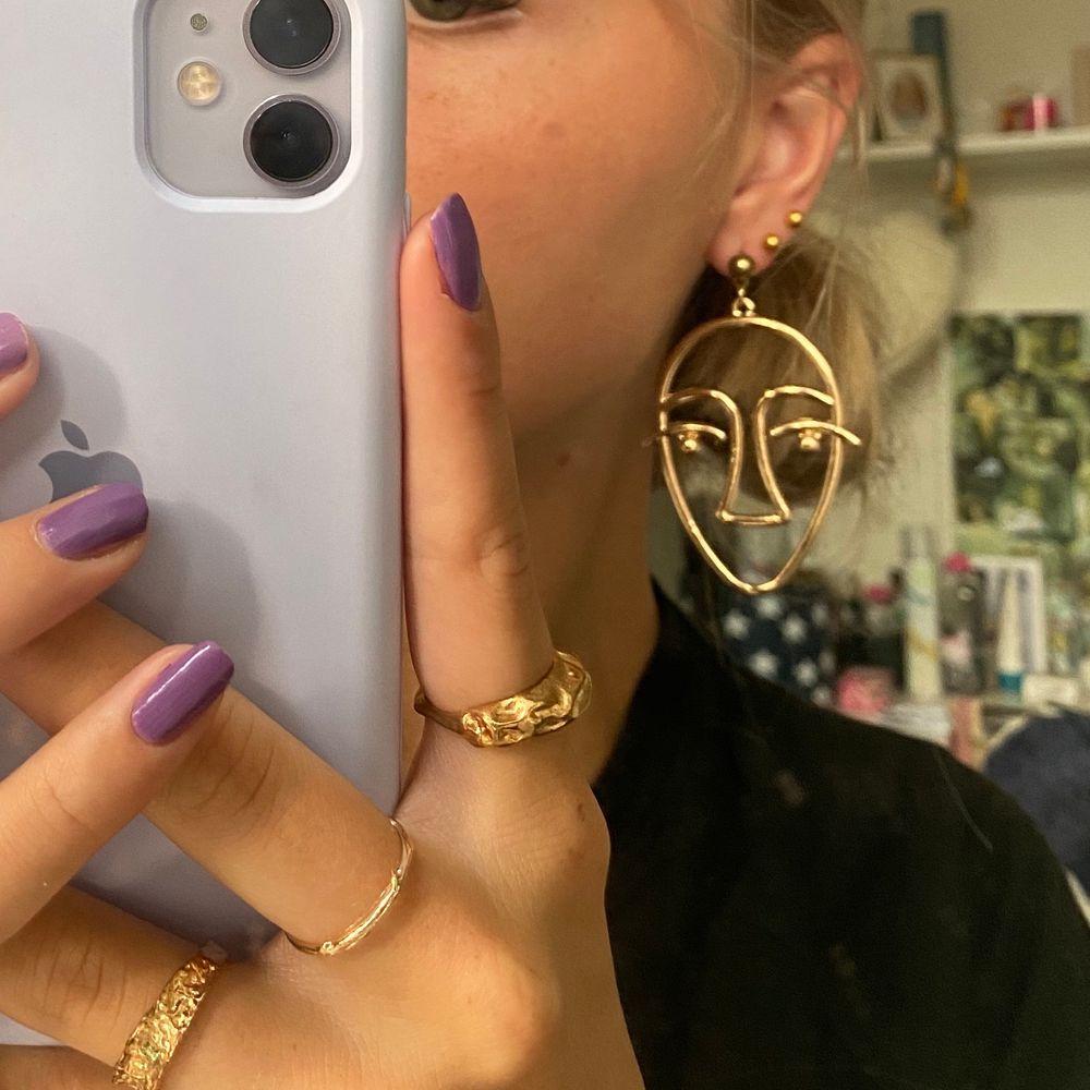 Säljer dessa unika örhängen som är helt nya! Köpta för 250kr men jag gillar mest små örhängen!. Accessoarer.