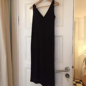 Jättefin klänning i mjuk lyocell, v-ringad både fram och bak🖤  endast provad!
