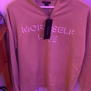 beige polo sweatshirt med tryck från new yorker, aldrig använd, lappen kvar. Köparen står för frakt om man inte kan mötas upp i nacka