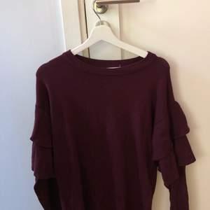 Vinröd tröja, med volanger, från Gina tricot. Strl S. 150 kr, köpare står för frakt!!❤️