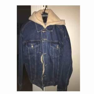 Skön jeansjacka med fodrar luva (ej fodrad på insidan). Köpt i USA men är helt oanvänd. Frakt ingår 🌸