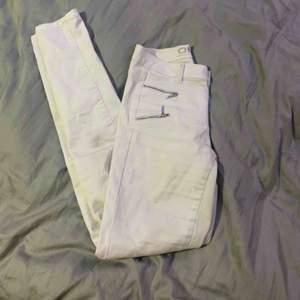 Vita tajta jeans från Only med 4  dragkedjordär fram  och 2 fickor där bak. Säljer för jag aldrog använder vita jeans, int använda mycket.