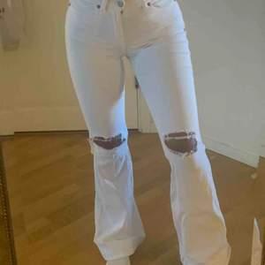Vita bootcut Dr.Denim jeans med hål i knäna