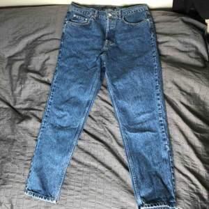 I princip oanvända jeans i snygg tvätt från zara. Är herrstorlek 42 men kan skicka exakta mått om det önskas. Byxorna har en lite avsmalnande passform💫