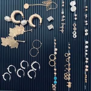 Städar ut min smyckessamling! Det mesta är helt oanvänt och i perfekt skick!! Blandade märken, ej äkta silver/guld.