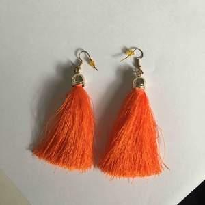 Super fina neon orange fluff örhängen, har aldrig använt och är ifrån ur och Penn. Snygga för Pride i sommar🥰🥰 frakt står köparen men vid snabb affär så kan vi dela
