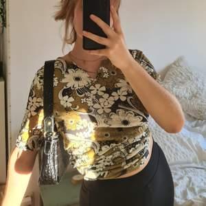 Säljer denna kläning som kan användas måde som tröja och kläning 🌿 Den är I mycket fint skick. Frakt ingår
