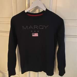En svart Marqy sweatshirt i storlek 158/164. Är i Nyskick och frakten tillkommer