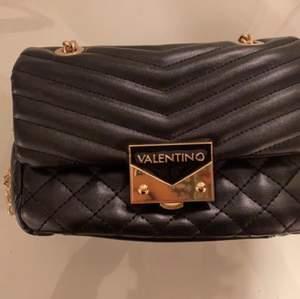 Säljer min fina Valentina väska som endast är använd två gånger.