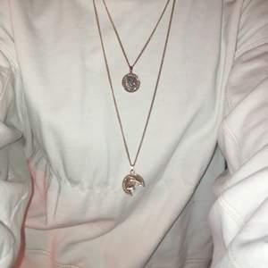 Guldigt Halsband ifrån Nakd. Tappat lite färg men annars fint💫 60kr+11kr frakt
