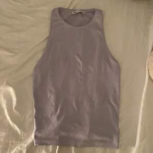 Jag säljer detta lila zara linne, den är nästan aldrig använd och är i perfekt nyskick då jag köpte den för bara någon månad sedan. Jag säljer den då den tyvärr inte kom till användning, om någon har några frågor är det bara att höra av sig!💞💞