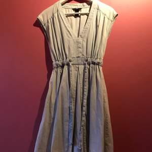 söt blå klänning som knyts i midjan. Fick den av min syster för några år sen men väldigt bra skick!! passar bra till de flesta tillfällen💕 (står storlek 34 men borde passa typ 38 och så också)
