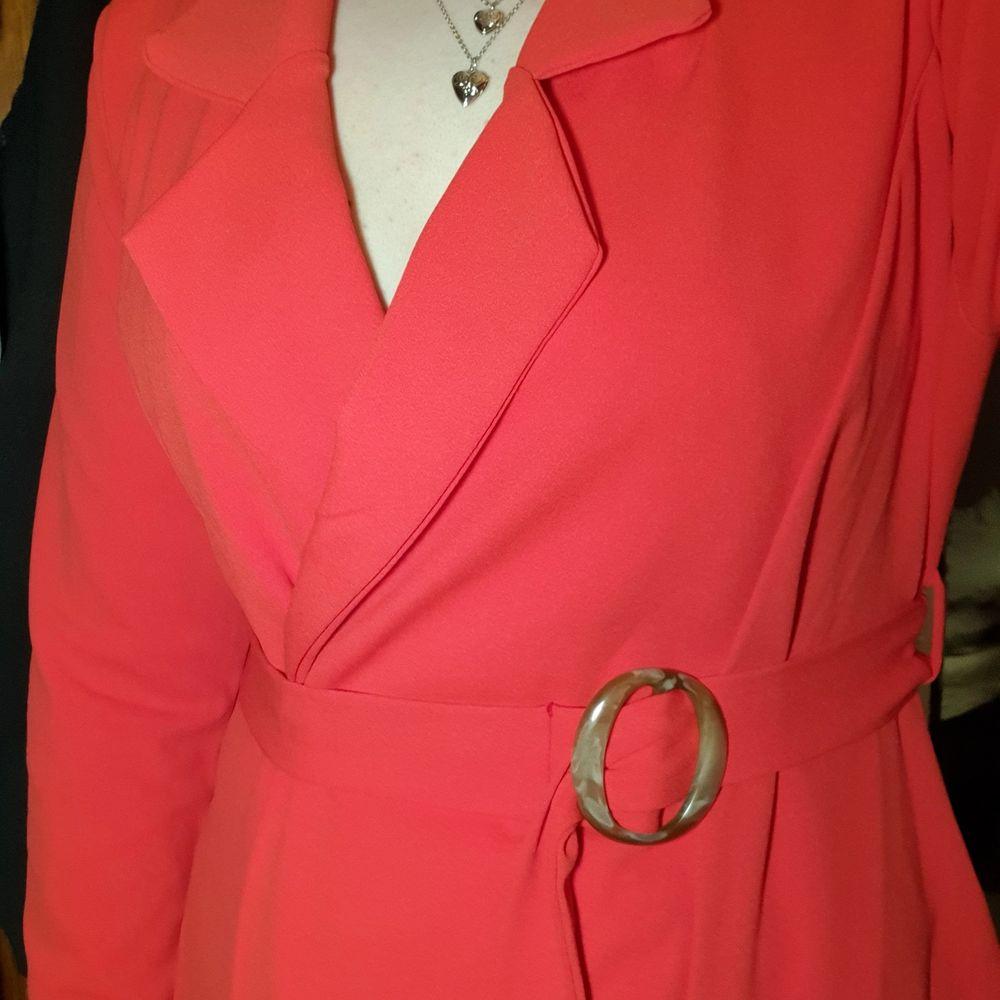 Har endast använt denna klänningen två gånger, den är nu för stor tyvärr!  . Klänningar.