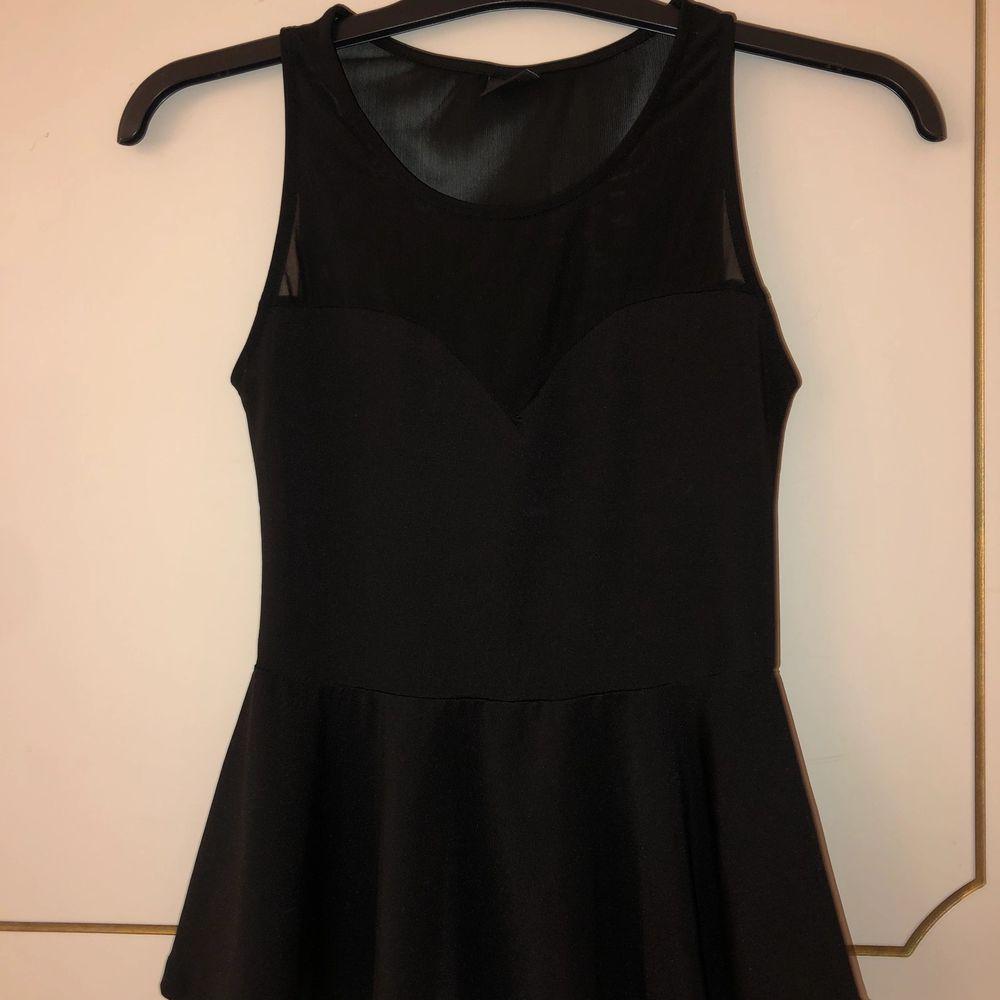 En svart topp/linne från Gina som inte kommer till användning. Den är genomskinlig vid halva ryggen och lite därframme. Strl 34. 50kr + frakt✨. Toppar.