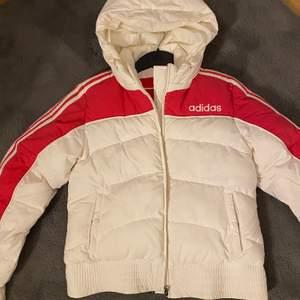 Säljer denna nästan helt nya Adidas jacka, använd 2-3 gånger.