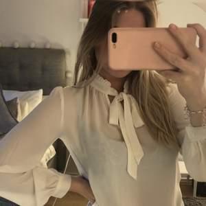 En fin blus i storlek S, från usa så vet tyvärr ej butik. blusen är knappt använd pga lite för liten för mig. Blusen kan man knyta upptill i nacken samt att det är en fin detalj uppe vid nacken (som man kan se tydligare på bild 3). Blusen är dock en aning genom skynlig💕