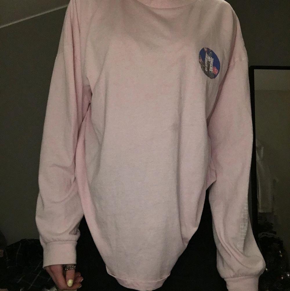 Rosa sweatshirt med tryck, använd en gång, lite tunnare material super snygg . Tröjor & Koftor.