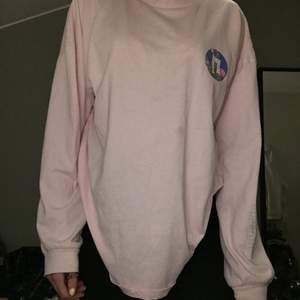 Rosa sweatshirt med tryck, använd en gång, lite tunnare material super snygg