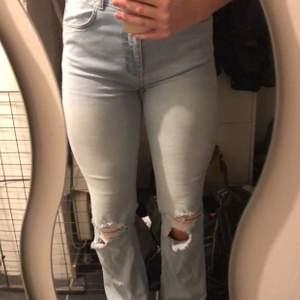 Säljer dessa blå bootcut jeans som är köpta här på Plick. Säljes då dom inte sitter som önskat🥰 Storlek L